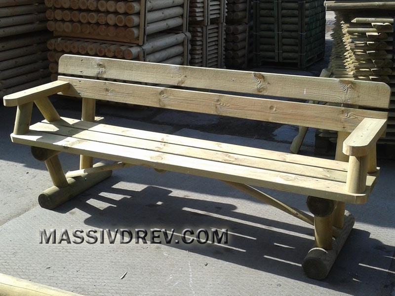 Деревянная скамья с подлокотниками